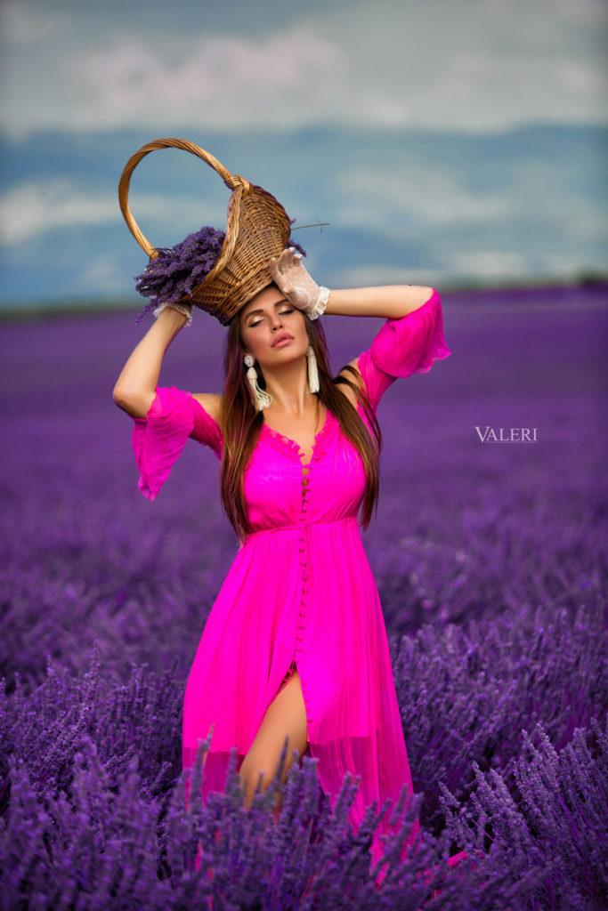 фотосессия в лавандовых полях рекламы бренда женской одежды Yasya Minochkina с участием Каролины Зубковой-Маттес